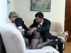 Cameriera si scopa un cliente